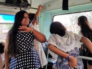 Wilde Tanzeinlagen im Bus