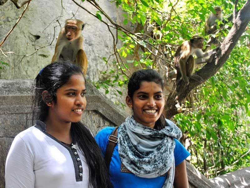 Piumi Shanika und Sodi posieren mit den Affen.