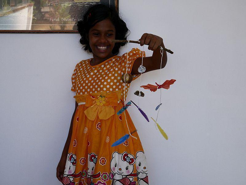 Kawshaliya präsentiert stolz ihr selbstgemachtes Mobile!