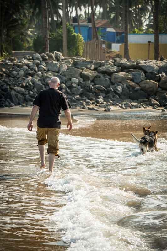 Linus mit den Hunden am Strand