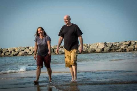 Julia & Linus am Strand von Marawila, Sri Lanka.