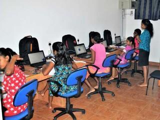 Computerunterricht für 5 Mädchen