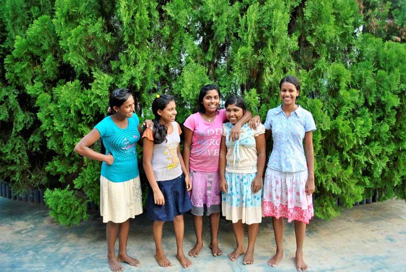 Nishadika (2 von Rechts) mit ihren Freundinnen aus dem Angels Home