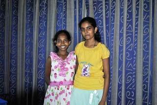 Ishini (rechts) geht weiterhin zur Schule
