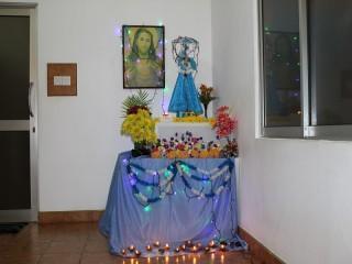 Der geschmückte Altar mit Maria