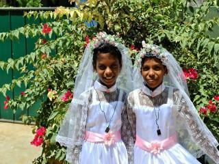 Dewmini und Nethmi in  Kommunionskleidern