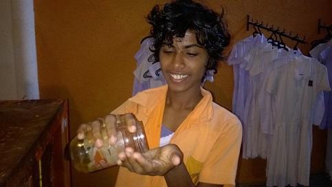 Kumari macht sich mit Kokosöl die Haare schön