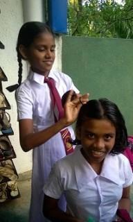 Die Mädchen frisieren sich gegenseitig