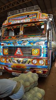 So sehen viele Busse in Sri Lanka aus