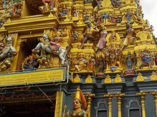 Der Bauherr des Hindu Tempels hat sich mit verewigt - wer findet ihn?