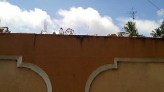 Scherben auf den Mauern dienen als Schutz