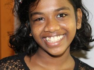 Sithumini lächelt trotz ihrem roten Auge