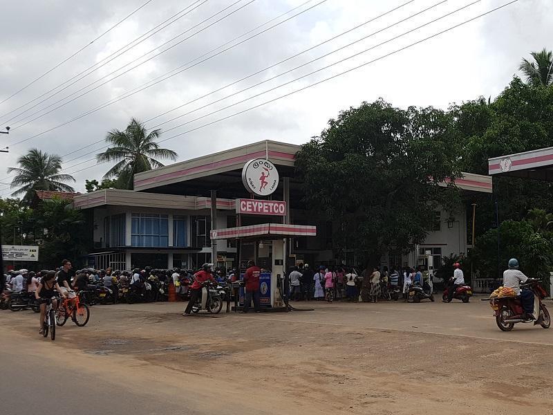 Die Warteschlange an der Tankstelle in Marawila