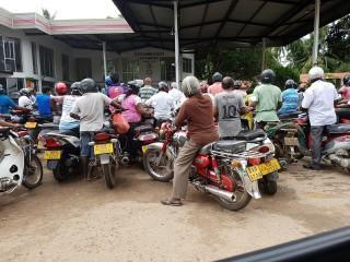 Eine Menschenmenge hat sich an der Tankstelle gebildet