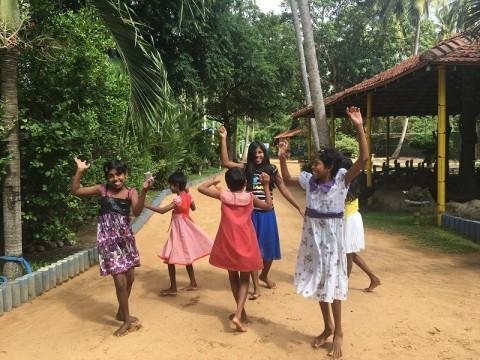 Mädchen beim Tanzen im Hof