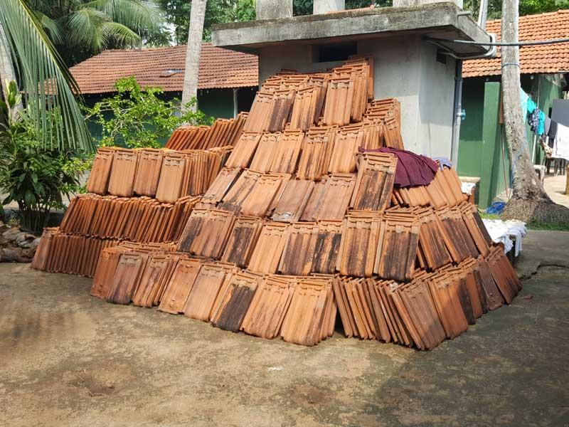 Auf die schnelle 4000 Dachpfannen abgedeckt und nur eine gebrochene :-)
