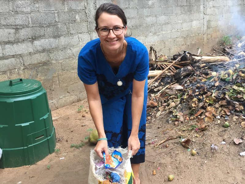 Unterstützung der Kinder bei der Mülltrennung