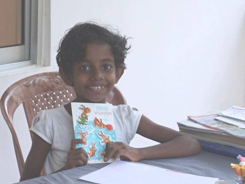Thilini freut sich über ihre Weihnachtskarte
