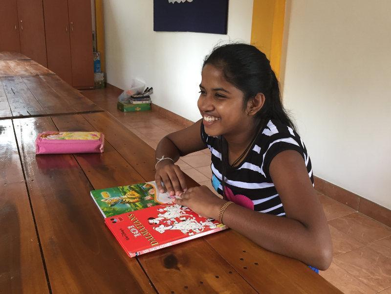 Piumi Shanika hat Spaß am lesen
