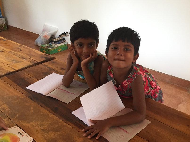 Anne und Dinithi fangen gerade erst mit dem englisch lernen an