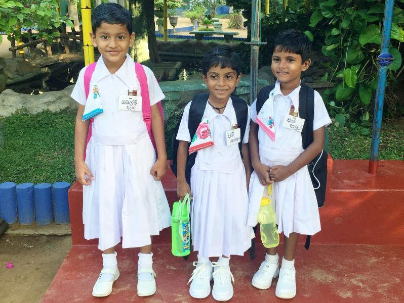 Omalmi, Dinithi und Anne an ihrem ersten Schultag