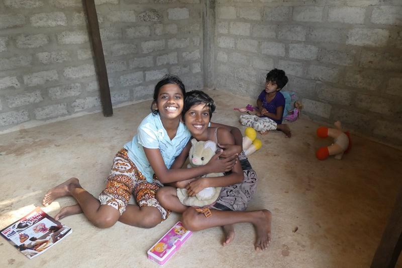 Achini und Sithumini beim gemeinsamen Spielen