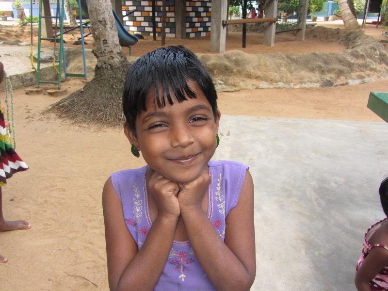 Vishmi mit ihren selbst gebastelten Ohrringen.