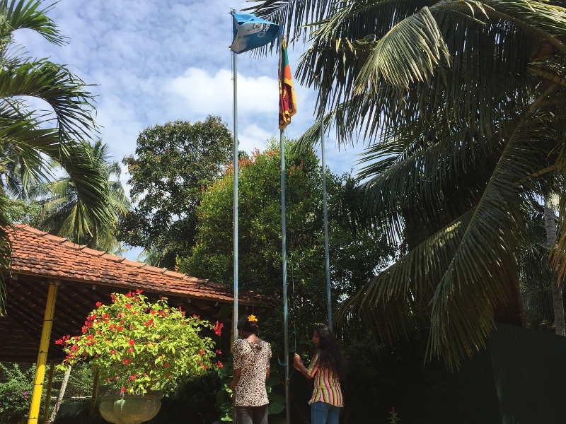 Die Flaggen im Angels Home werden gehisst