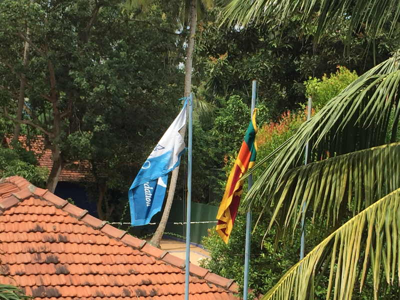 Die Angels Home Fahne links und die Singhalesische Nationalflagge rechts