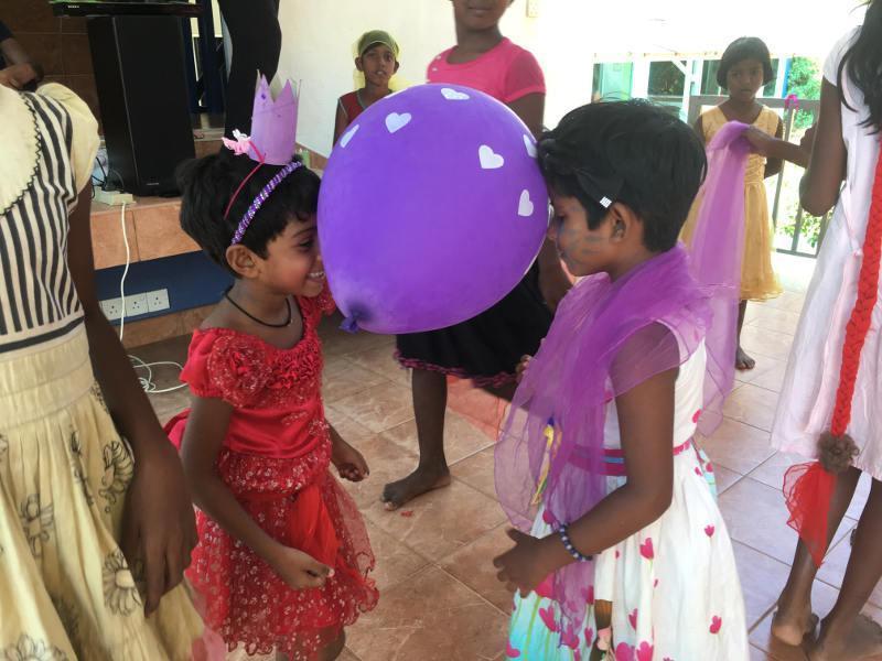 Anne und Dinithi beim Luftballontanz