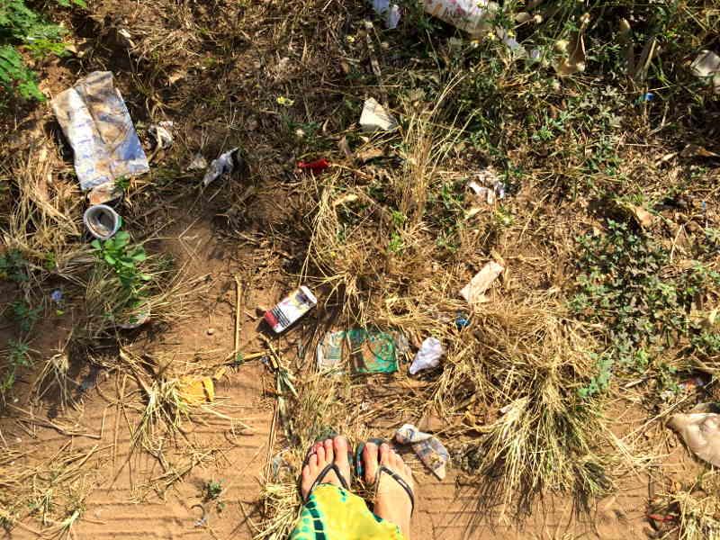 Müll am Straßenrand von Marawila