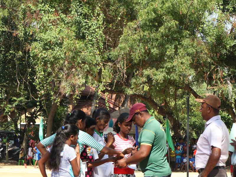Madushika bereitet sich zum Laufen vor.