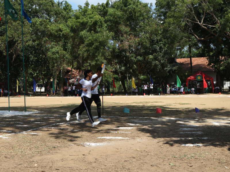 Sodi und ihr Schulkollege eröffnen das Sportfest.