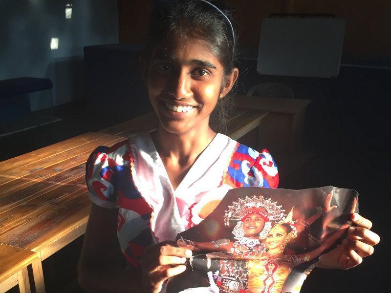 Hiruni mit einem Bild der traditionellen Kandy Tänzer