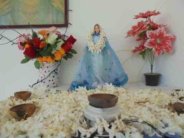 Die Marienstatue ist auf dem Altar angekommen