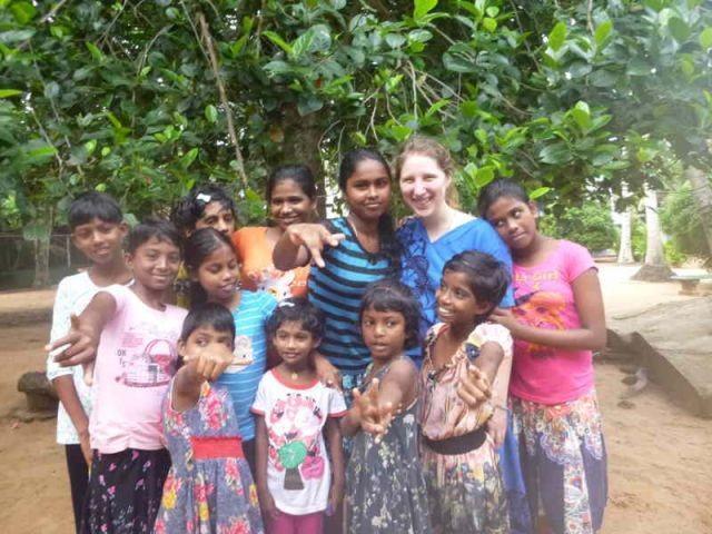 Ein Gruppenbild mit elf der Mädchen des Angels Home und der Praktikantin Lisa
