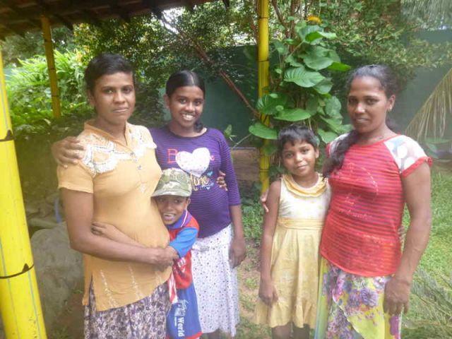 Sithumini und Vishmika mit ihren Müttern