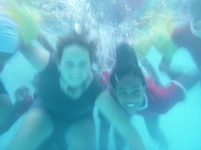 Ein Unterwasserbild von Julia und Eshani. Die anderen Mädchen sind abgeschnitten.