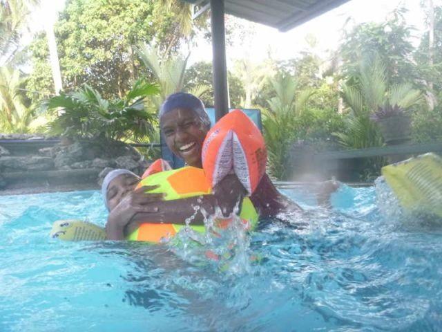 Madumali und Vishmika hängen an einem Wasserball