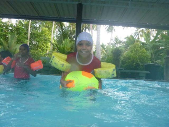 Vishmika versucht sich auf den Wasserball zu legen