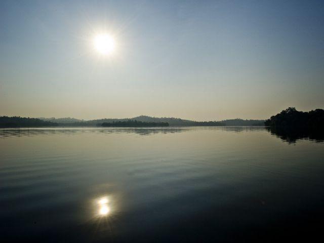 Der Vollmond spiegelt sich im Wasser.