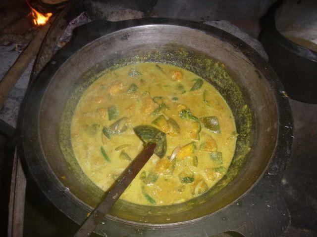 Man sieht das fertige Kürbis-Curry im Wok