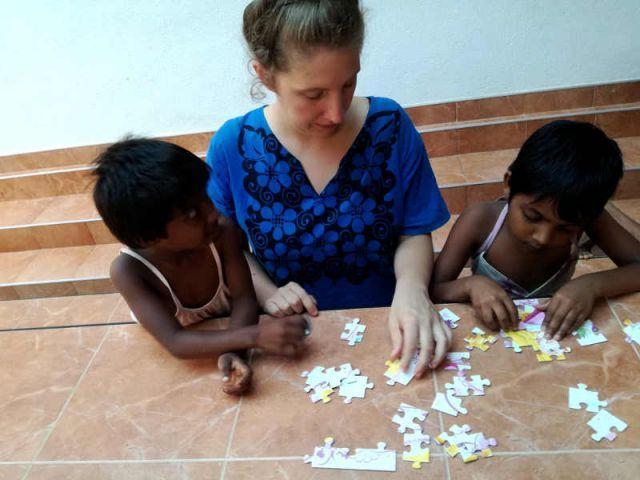 Man sieht Aruni, Lisa und Vishmi wie sie ein Puzzle zusammensetzen