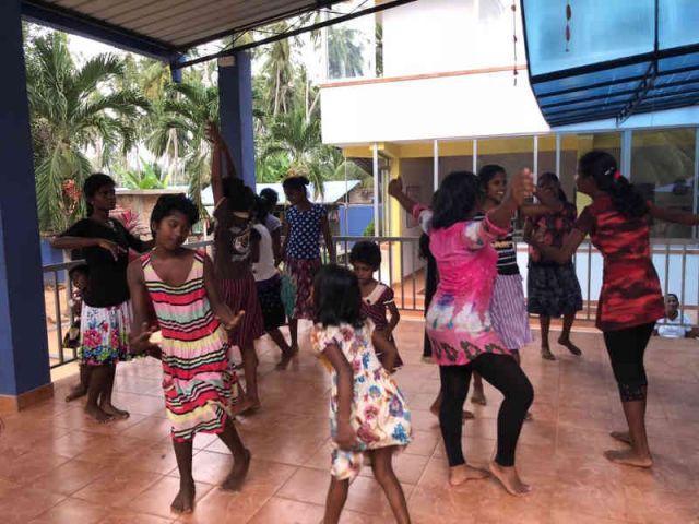 Man sieht die Mädchen wie sie auf der Bühne tanzen.