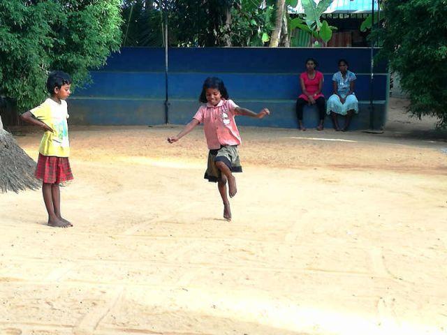 Man sieht Shanika und Tilini, wie sie gerade spielen