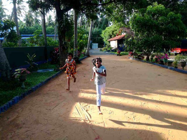 Bodika und Achini rennen um die Wette.