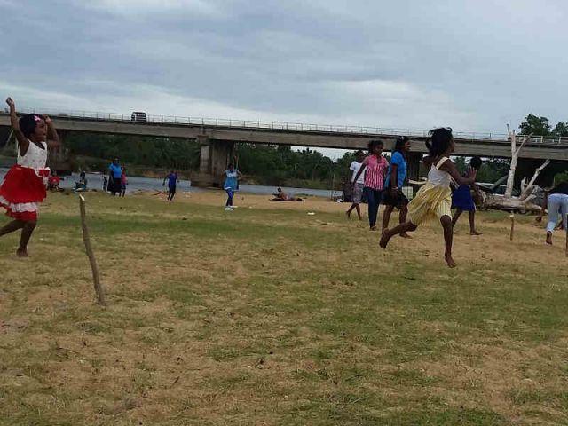 Auf dem Bild sieht man Kinder Brennball spielen.