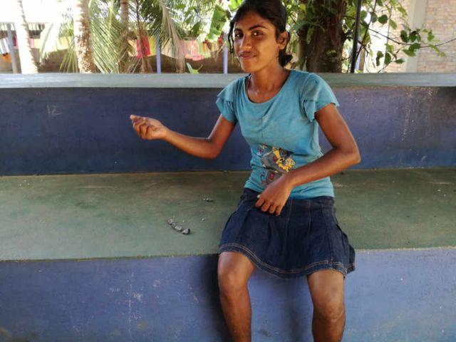 Man sieht Kumari, wie sie gekonnt einen Stein fängt.