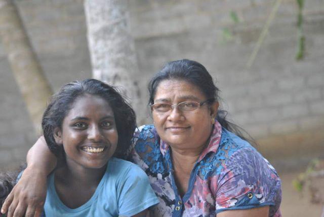 Man sieht Ranisha und Nirmala, die beide lächeln.