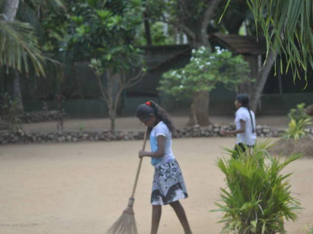 Auf dem Bild sieht man Malshani bei der Gartenarbeit.